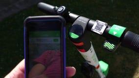 Limefrukt app och elektriska sparkcykelstyren Arkivfoto