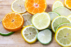 Limefrukt-, citron- och tangerinskivor Arkivbilder