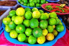 Limefrukt eller gräsplancitronen på magasinet i grönsaken shoppar Royaltyfri Foto