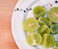 Limefrukt i den vita maträtten på träblackground arkivbilder