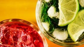 Limefrukt med is i en bästa sikt för exponeringsglas och för röd drink arkivfoto