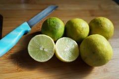 Limefrukt med kniven arkivbild
