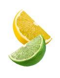 Limefrukt- och citronskivor som isoleras på vit bakgrund Arkivfoton