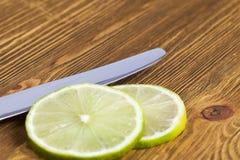 Limefrukt och kniv Arkivbild