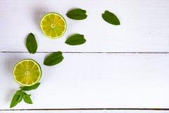 Limefrukt och mintkaramell på en trätabell royaltyfri bild
