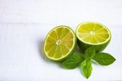 Limefrukt och mintkaramell på en trätabell arkivbild