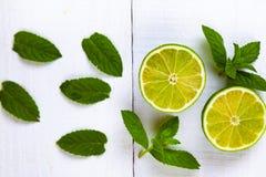 Limefrukt och mintkaramell på en trätabell fotografering för bildbyråer