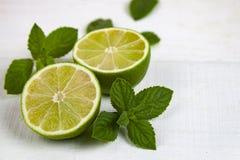 Limefrukt och mintkaramell på en vit tabell arkivfoton