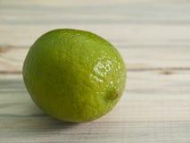 Limefrukt på en bordlägga royaltyfri foto