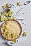 Limefrukt som är syrlig på vitt arkivfoto