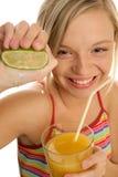 limefrukt som ler pressa kvinnan arkivfoton