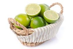 Limefrukter i en korg Arkivfoton
