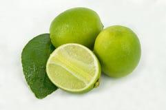 Limefrukter med skivor och sidor Arkivfoton