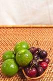 Limefrukter och körsbär Arkivfoto