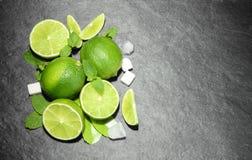Limefrukter och mintkaramell på stenbakgrund Bästa sikt med kopieringsutrymme Fotografering för Bildbyråer