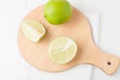 Limefrukter på choping bräde Royaltyfria Bilder