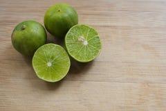 Limefrukter på en skärbräda arkivfoto