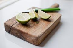 Limefrukter på en wood skärbräda arkivfoto