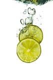 limefruktfärgstänk arkivbilder