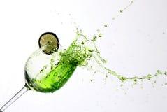 Limefruktfruktsaft hälls in i ett exponeringsglas Fotografering för Bildbyråer
