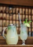 Limefruktfruktsaft med mintkaramellsidor Royaltyfri Fotografi