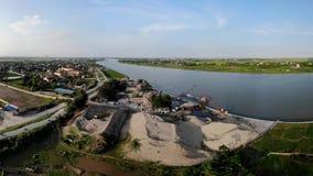 Limefruktproduktionpanna vid floden arkivbilder