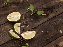 Limefruktskivor på en trätabell royaltyfri bild