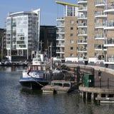 Limehouse盆地在伦敦的中心,小船和yatches的私有海湾和舱内甲板有金丝雀码头视图 免版税库存照片