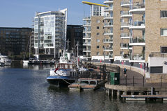 Limehouse-Becken in der Mitte von London, private Bucht für Boote und yatches und Ebenen mit Canary Wharf-Ansicht Stockbilder