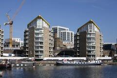 Limehouse handfat i mitten av London, den privata fjärden för fartyg och yatches och lägenheter med den Canary Wharf sikten Arkivbild