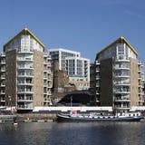 Limehousebassin in het centrum van Londen, privé baai voor boten en yatches en vlakten met Canary Wharf-mening Stock Afbeeldingen