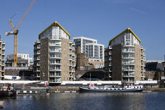 Limehouse盆地在伦敦的中心,小船和yatches的私有海湾和舱内甲板有金丝雀码头视图 图库摄影