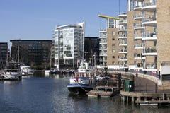 Limehouse盆地在伦敦的中心,小船和yatches的私有海湾和舱内甲板有金丝雀码头视图 免版税图库摄影