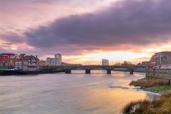 Limerickstadtlandschaft am Sonnenuntergang Lizenzfreies Stockbild
