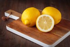 Limões amarelos frescos Imagens de Stock