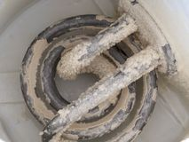 Limescale im Kessel Ein weißer, kreideartiger Rückstand von der Ablagerung des Calciumcarbonats Problem des harten Wassers stockfotografie