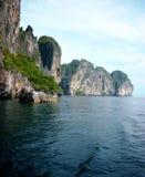 Limestoneklippor Thailand Arkivfoto