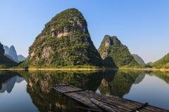 Limestonekullar och raft på den Li floden royaltyfri foto