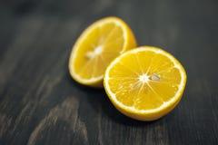Limetta, limone e sale affettati freschi sulla tavola di legno Immagine Stock