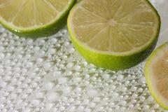 Limette avec des baisses de l'eau Photos stock