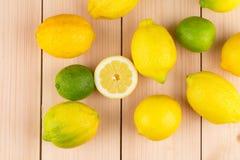 Limette e limoni affettati maturi sulla tavola di legno Fotografia Stock Libera da Diritti
