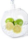 Limettes dans l'eau Photos stock