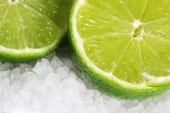 Limettes sur le sel de mer Photos stock