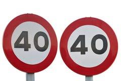 Limitación 40 de la señal de tráfico aislada en el fondo blanco imagenes de archivo