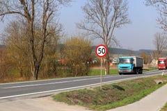 Limitation de la vitesse du trafic à 50 km/h Panneau routier sur la route sécurité du trafic Transport de moteur des passagers et image libre de droits