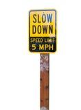 Limitation de vitesse de ralentissement 5MPH sur le fond blanc Photographie stock libre de droits