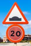 Limitation de vitesse et signe de bosse de route illustration stock