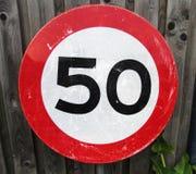 Limitation de vitesse 50 kilomètres de poteau de signalisation Photo libre de droits