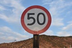 Limitation de vitesse 50 près d'une montagne photographie stock libre de droits