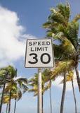 Limitation de vitesse sur la plage Photographie stock libre de droits